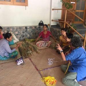 လှည်းကူး၊ တိုက်ကြီးမြို့ရှိ အနာဂတ် အလင်းတန်းမြန်မာ ဖောင်ဒေးရှင်း (BFM) ၏ အသေးစား ချေးငွေလုပ်ငန်းများမှ အဖွဲ့ဝင်အများစုသည် မြက်တံမြက်စည်းလုပ်ငန်း။