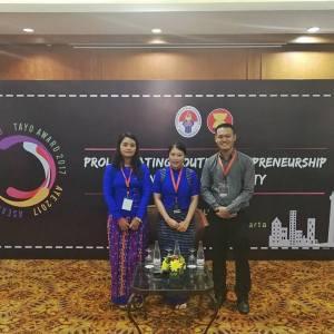 အနာဂတ်အလင်းတန်းမြန်မာဖောင်ဒေးရှင်းဥက္ကဋ္ဌ ဒေါ်နန်းလိုင်းခမ်းအား အာဆီယံထူးချွန်လူငယ်ဆု ပေးအပ်ချီးမြှင့်။