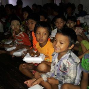 ရေဘေးဒုက္ခကြုံတွေ့နေသည့် ဧရာဝတီတိုင်းဒေသကြီး၊ ပုသိမ်မြို့တွင် BFM မှ ထမင်းဘူးများလှူဒါန်း